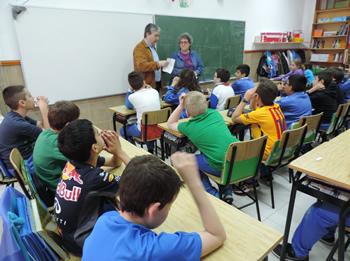 Els alumnes de cinquè han explicat al regidor Joan Martorell en què consistia la gimcana