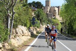 Ciclistes arribant a Castellet i la Gornal