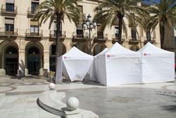 Imatge de les carpes a la plaça de la Vila, prèviament a l'ajornament de la fira Zona E a l'abril