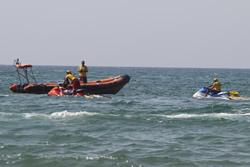 Els alumnes han fet els exercicis s'habililitat a la platja de Ribes Roges