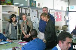 Carmela Fortuny parlant amb els usuaris del centre ocupacional durant la seva visita a VNG