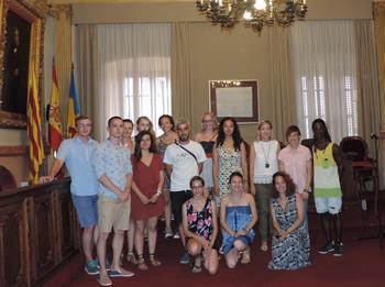 El grup de voluntaris amb l'Alcaldessa i la Regidora de Joventut