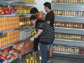 Els joves del PFI Adaptat realitzant les pràctiques del curs d'Auxiliar de Comerç i Atenció al Püblic a l'Economat VNG