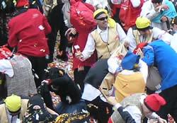 Comparsers en plena guerra de caramels a la plaça de la Vila
