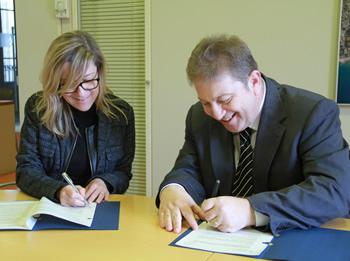 Neus Lloveras i Isidre Also, en el moment de la signatura