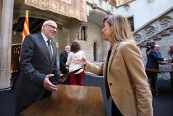 Neus Lloveras lliura l'acord del Ple municipal