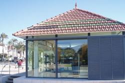 L'Oficina Municipal de Turisme està situada al parc de Ribes Roges
