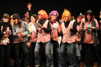 Una dotzena de grups van sortir pels Coros per escampar sàtira i bon humor