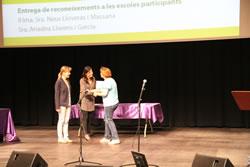 L'alcaldessa i la regidora d'Educació lliuren els reconeixements a les escoles participants