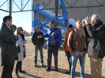 L'alcaldessa i el regidor atenent a les explicacions dels tècnics municipals