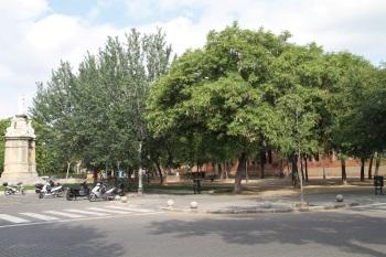 La plaça d'Eduard Maristany, al costat de l'estació
