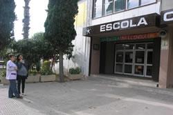 La directora del centre i la regidora d'Educació a les portes de l'escola Cossetània