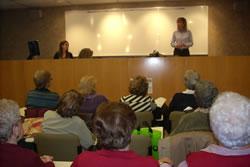 Neus Lloveras i Blanca Albà van felicitar el Nadal al Grup de Dones amb Memòria