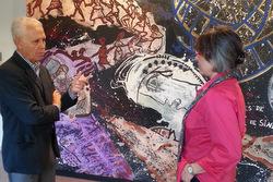 Xavier Cardona, germà de l'artista, i Marijó Riba, regidora de Cultura,
