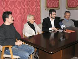 El regidor Xavier Carbonell acompanyat d'Eulàlia Sòria, Joan Martí i Mario López, aquest matí