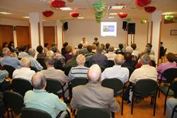 Neus Lloveras i Glòria Garcia expliquen la proposta al Casal Municipal de Gent Gran
