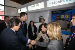 El president Mas i el príncep Felip, saludant a l'alcaldessa Lloveras i la regidora Llorens, a l'estand de Neàpolis