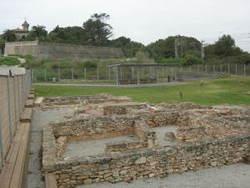 La part visitable del jaciment arqueològic es troba a l'altra banda del carrer de Ponent