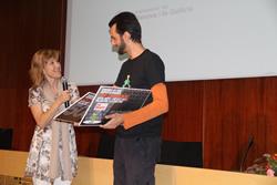Neus Lloveras lliurant el premi a Raul Muñoz