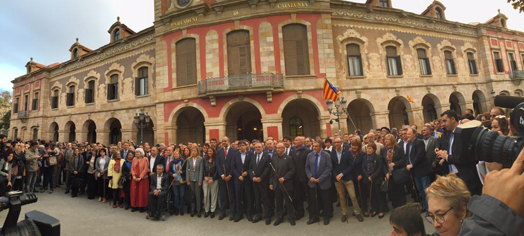 Alcaldes i alcaldesses davant el Parlament aquest matí