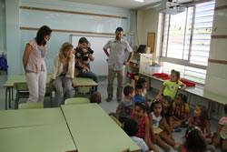 Neus Lloveras i Ariadna Llorens amb els infants de l'escola Ginesta
