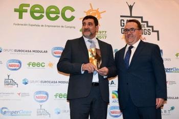 El director de Mas Roquer recollint el premi
