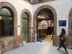 L'Oficina d'Atenció Ciutadana està ubicada als baixos de l'Ajuntament
