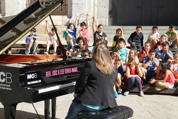 El piano de cua s'ha instal·lat a la plaça de les Neus per tothom qui el vulgui tocar