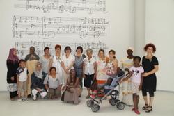 La regidora de Cultura, Marijó Riba, va acompanyar les dones en la visita a les entranyes de l'Auditori