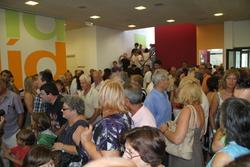 El públic omplia el vestíbul del nou centre cívic Molí de Vent