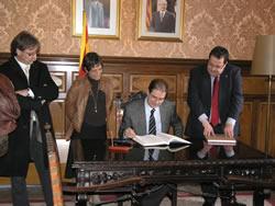 Antoni Fogué ha signat el llibre d'honor de la ciutat
