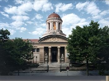 El reportatge també parla de l'edifici de la Biblioteca Museu
