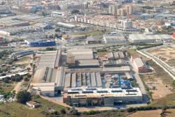 La zona residencial Les Llunes està situada en una zona de transició al costat de la zona industrial on hi ha la fàbrica