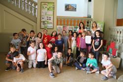 Els nens i nenes de 2n de l'escola Pompeu Fabra amb la regidora d'Educació