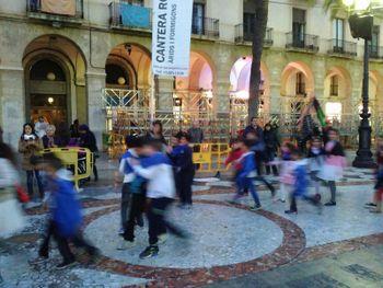 Les Comparses van fer una passada per la plaça de la Vila