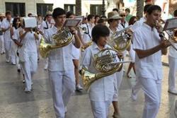 La banda Mestre Montserrat inaugura les tardes amb una cercavila per la façana marítima