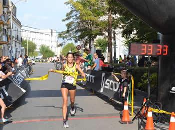 La primera classificada, Laura Sánchez, entrant a la línia de meta