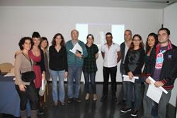 Glòria Garcia amb els participants al concurs fotogràfic 2.0 del Nucli Antic