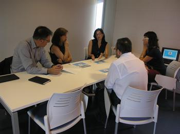 Imatge de la reunió entre el director general d'Economia Social i Cooperativa i Treball Autònom i la regidora d'Innovació
