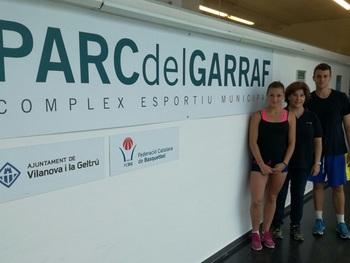 directora esportiva del Parc del Garraf, amb dos dels alumnes deL Manuel de Cabanye