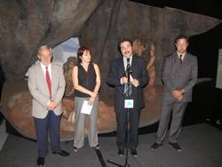 L'Exposició està instal·lada en una carpa a la plaça del Port