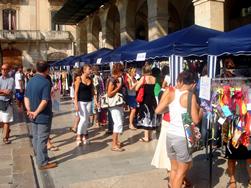D'ençà la primera edició, l'any 2009, la Fira Fora Estocs ha crescut en parades i visitants