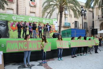 Lectura del manifest a l'escenari de la plaça de la Vila