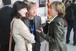 L'alcaldessa de VNG, Neus Lloveras i la regidora de Societat de la Informació, Ariadna Llorens, al MWC