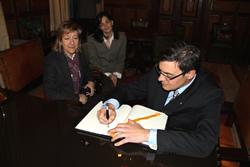 Salvador Jorba signant el llibre d'honor de la ciutat