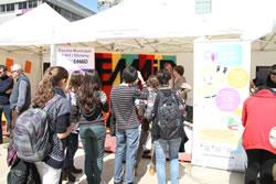 Alumnes davant l'estand de l'Escola Municipal d'Art i Disseny (EMAID)