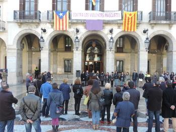 Desenes de persones han omplert la plaça de la Vila per mostrar el seu rebuig
