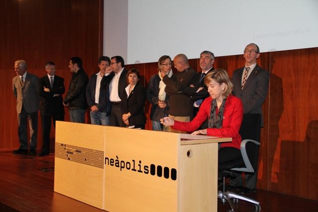 L'alcaldessa Neus LLoveras i la resta de signant de l'acord