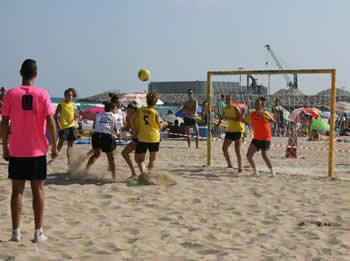 La segona edició del torneig femení de futbol platja es juga a la platja del Far