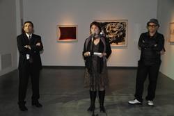 La Regidora de Cultura, Isabel Pla, acompanyada del comissari de l'exposició i del representant de La Caixa